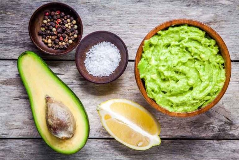 guacamole din avocado, suc de lamaie si condimente