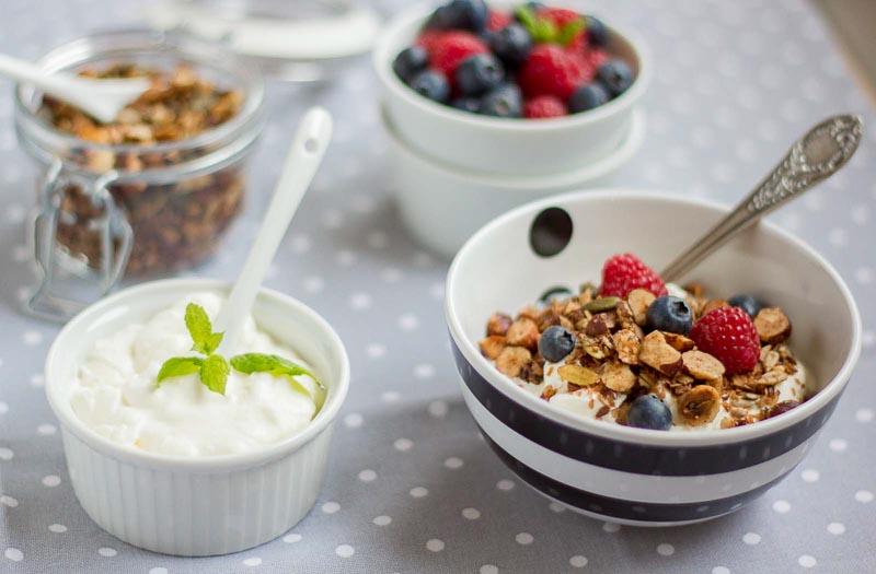 iaurt integral sau grecesc cu musli granola lchf si fructe de padure