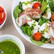 Salata cu mozzarella, prosciutto crudo si dressing de busuioc