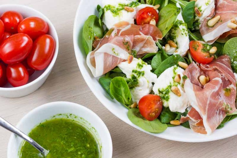 Salata cu mozzarella, rosii cherry, prosciutto crudo si dressing de busuioc