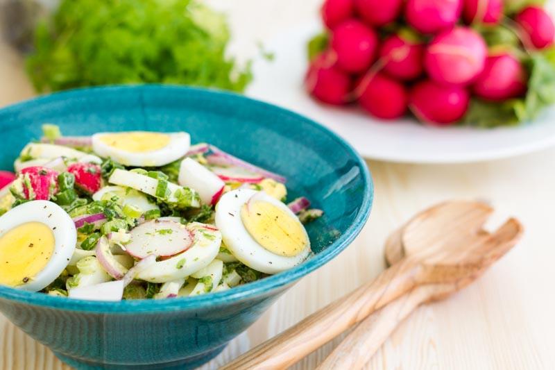 salata de hasmatuchi cu oua fierte, ridichi si ceapa verde
