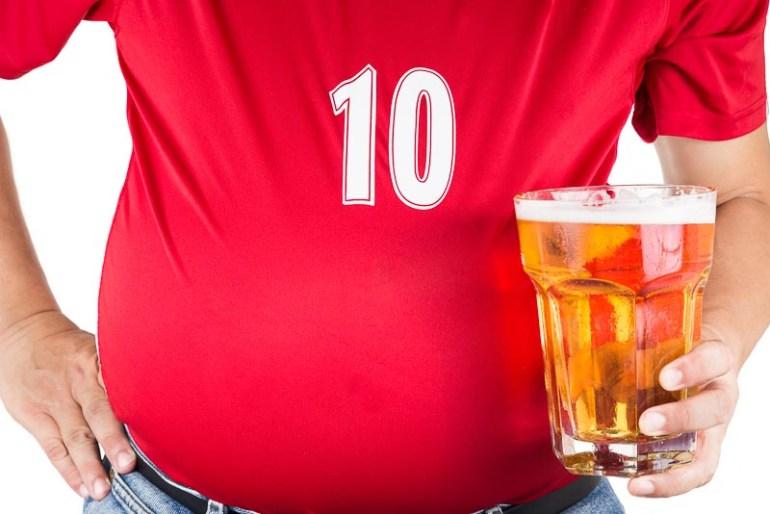 barbat obez cu o halba de bere in mana