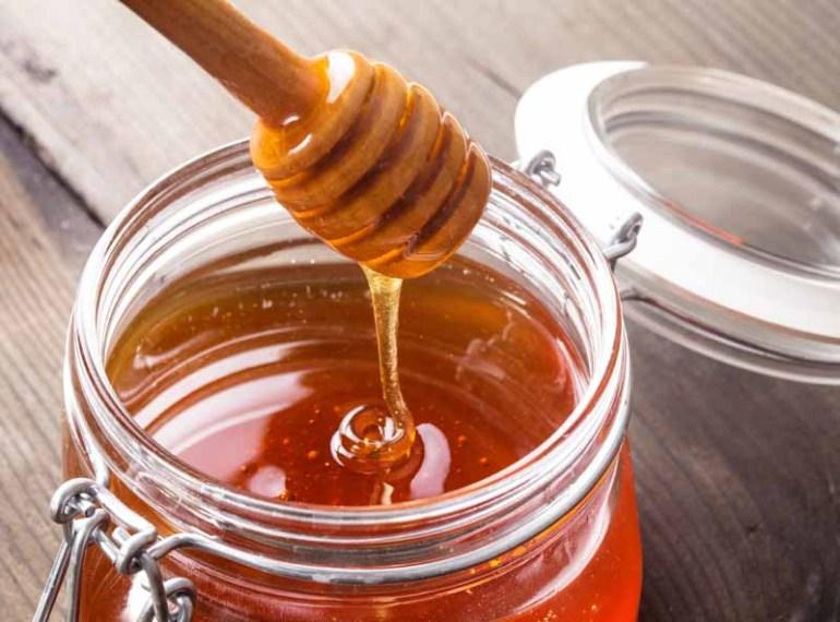 miere de albine intr-un borcan