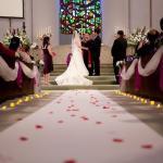 為什麼婚禮的時候,新郎新娘要從會眾的中間走過?