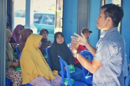 Agus giving a lecture to build awareness of protecting the environment. PC: Edi Wiranata