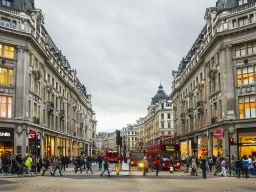 What time do the shops on Oxford Street open & close today?
