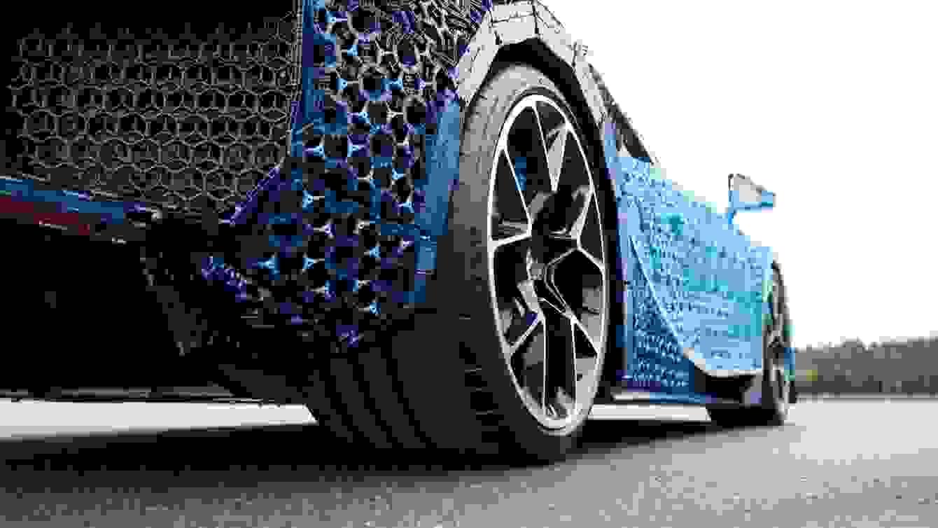 # 超過一百萬個樂高打造的跑車:一比一 Buggati Chiron 開上街! 5