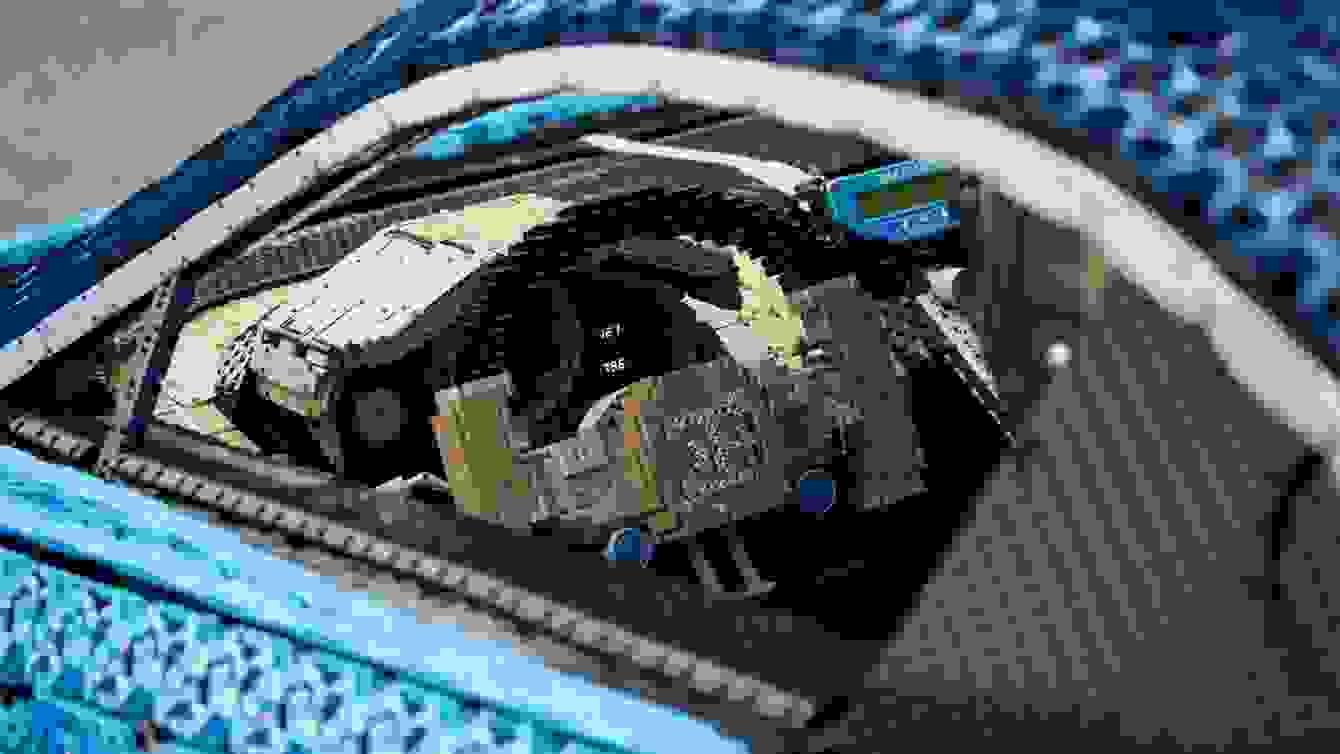 # 超過一百萬個樂高打造的跑車:一比一 Buggati Chiron 開上街! 7