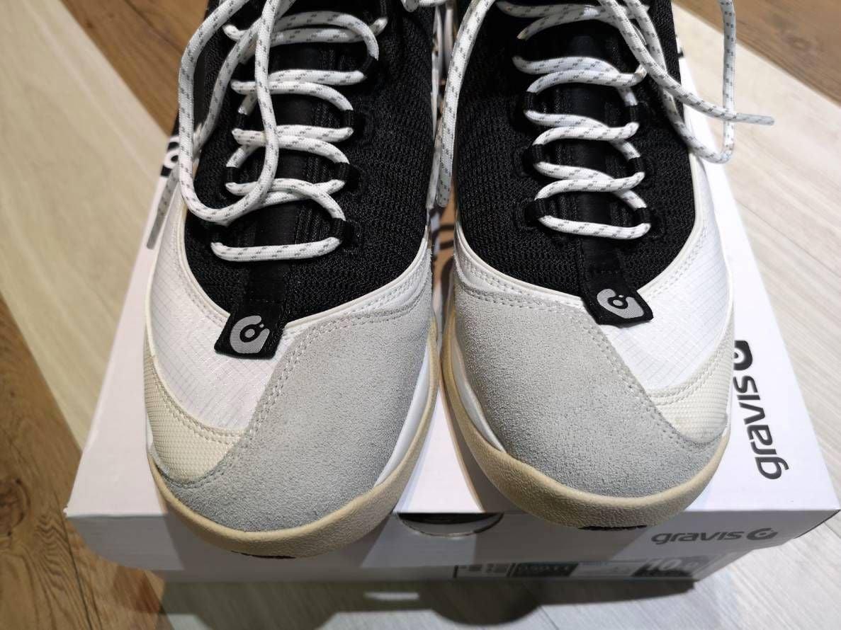 # In Your Shoes 017:單一太無聊,異樣才夠看!盤點近期火紅的「拼接」鞋款 17