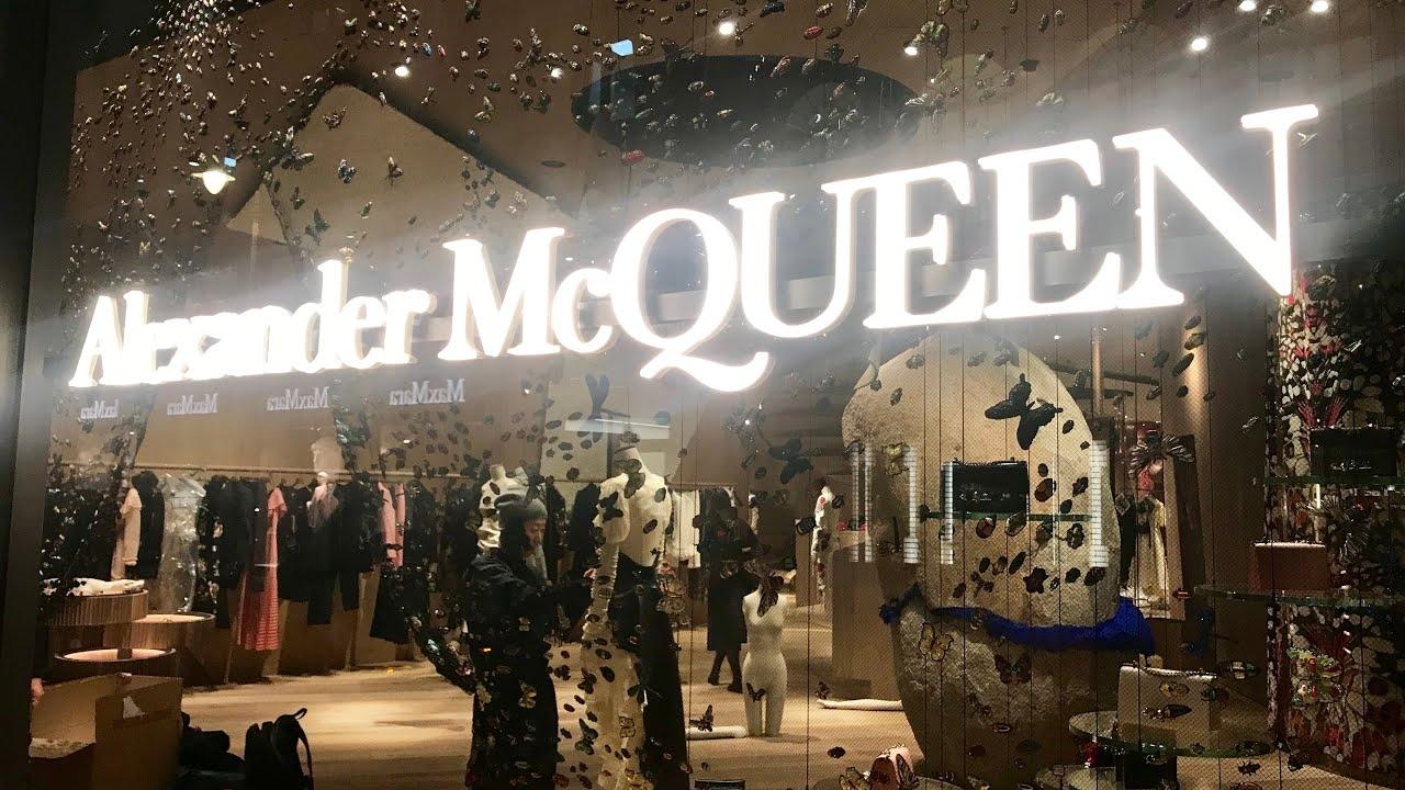 # Alexander McQueen:為何設計師鍾愛採用 紅色玫瑰 元素? 24