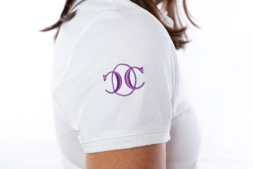"""Détail broderie violette sur l'épaule du logo """" le polo occitan"""""""