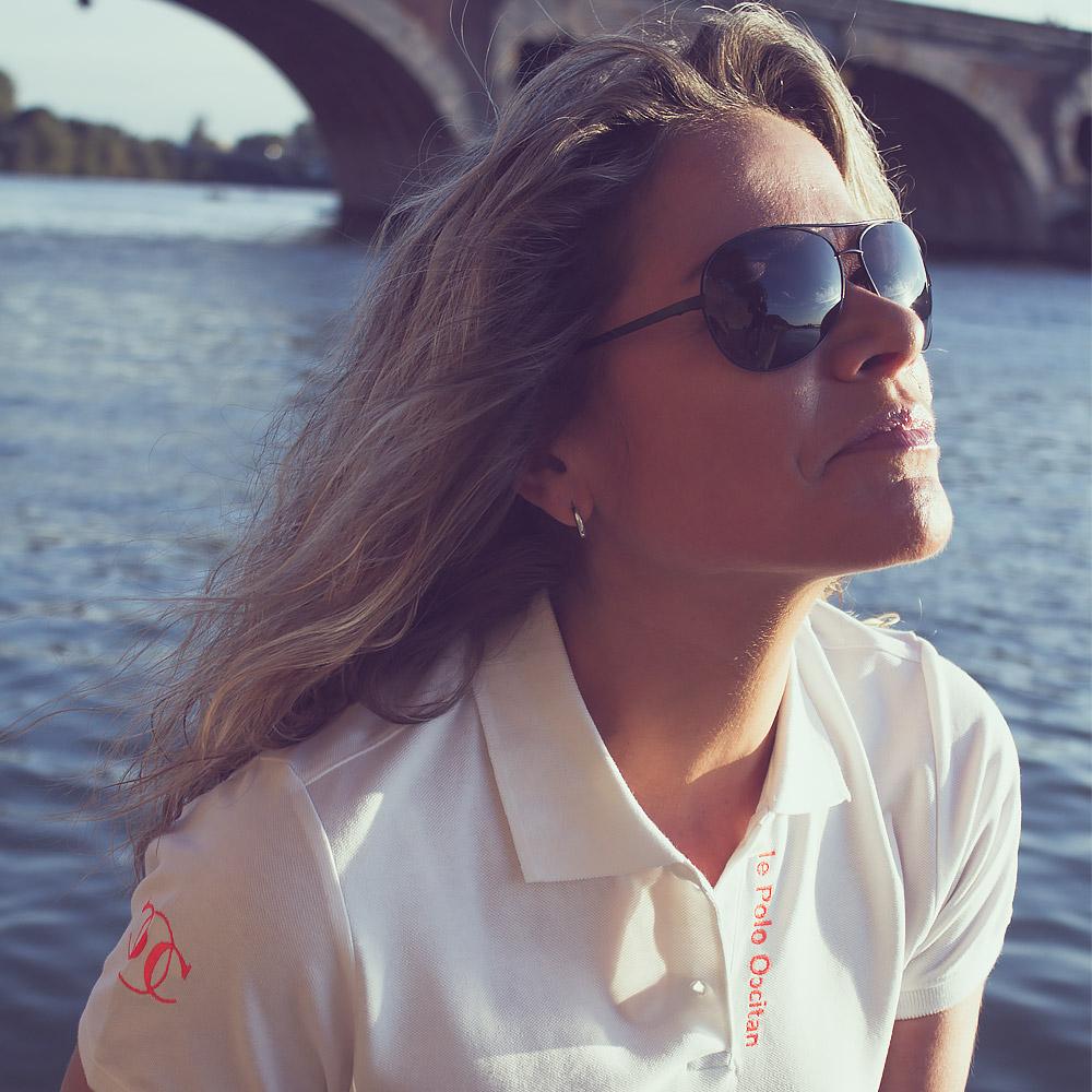 """Femme portant un polo blanc """"le polo occitan"""""""