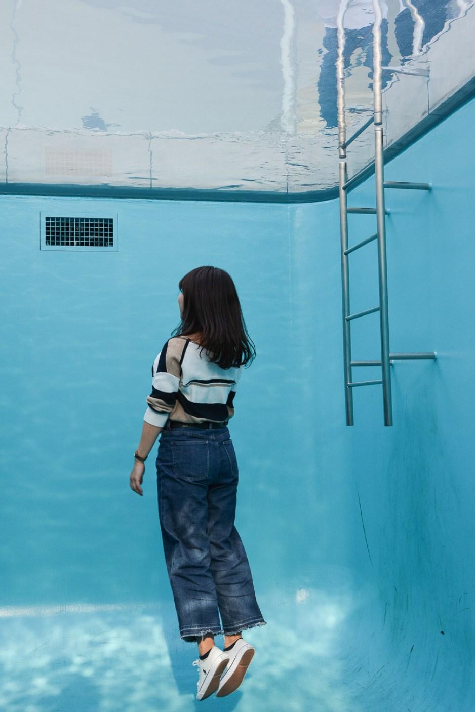 Le musée d'art contemporain du 21ème siècle de Kanazawa, dans les Alpes Japonaises, construit par les architectes Kazuyo Sejima et Ryūe Nishizawa de l'agence Sanaa avec l'oeuvre de la piscine de Leando Erlich