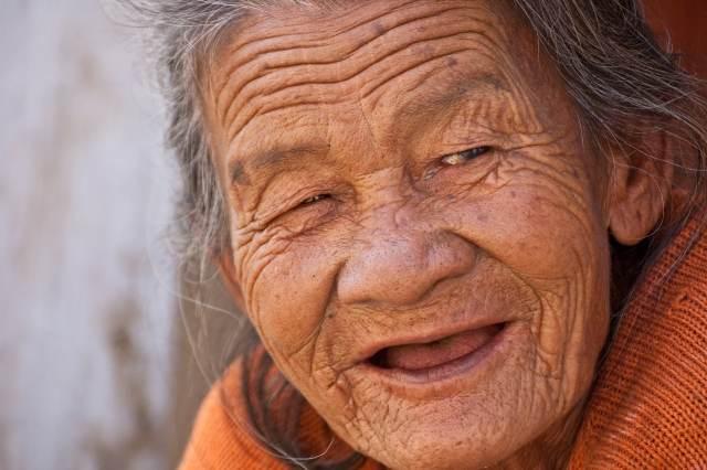 Vieille femme qui sourit