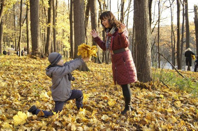 un enfant offre des feuilles à sa maman