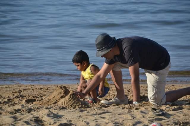 jeux père fils sur la plage, trouble attentionnel atténué par la motivation et les passions
