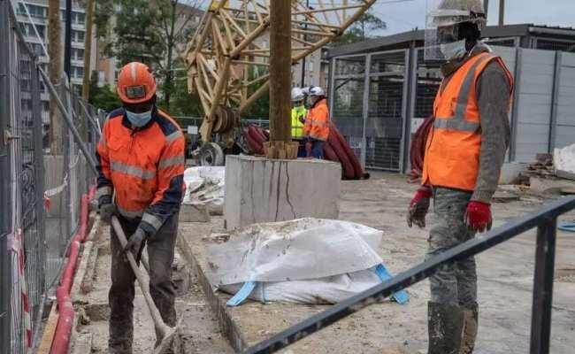 عمال في ورشة بناء في ضاحية سان دوني الباريسية في ظل الحجر الصحي، فرنسا (أ ف ب:مايو 2020)