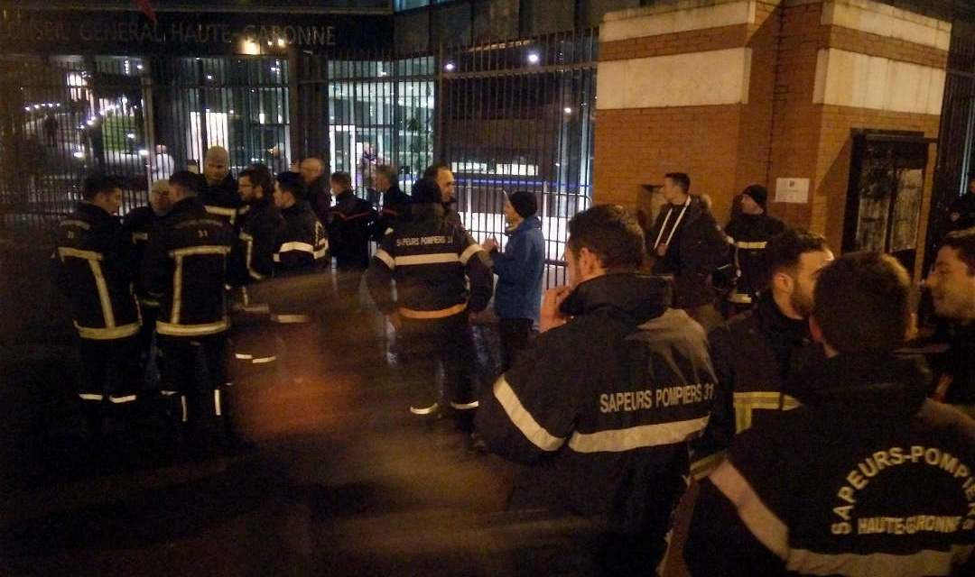Toulouse : Nouvelle manifestation des pompiers devant le conseil général