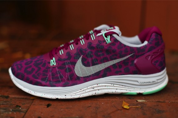 nike-wmns-lunarglide-5-ext-red-purple-1-570x379