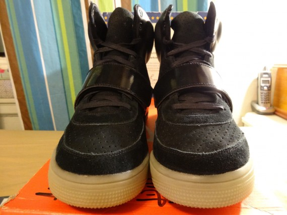 Nike-Air-Yeezy-Sample-Black-White-02-570x427