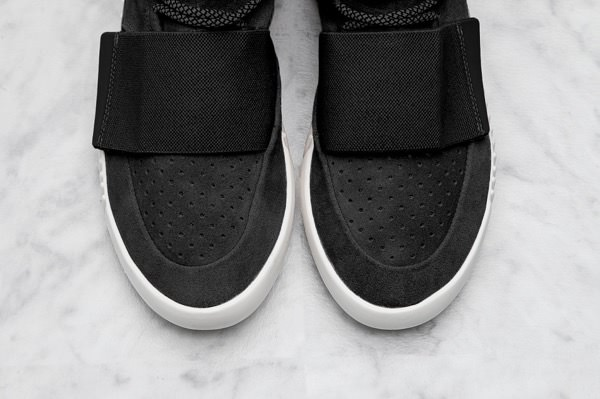 adidas-Yeezy-Boost-Black-930x619