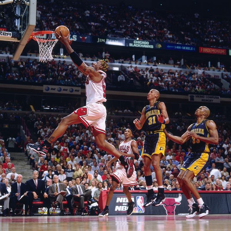 Dennis Rodman en extension pour marquer un panier