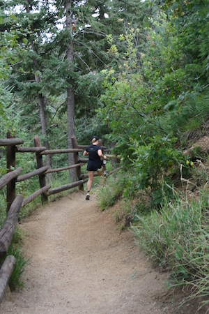 Leah Nyfeler running downhill on the Pikes Peak trail.