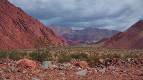 Cerros de colores y nubes