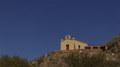 Iglesia en el cerro y estrellas