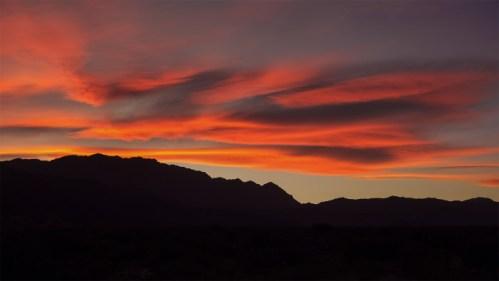 Nubes coloridas y montañas
