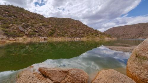 Montañas, piedras y lago