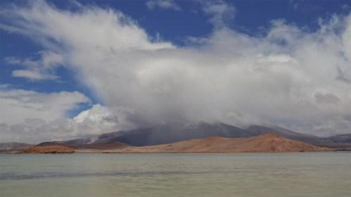Laguna, lluvia y montañas