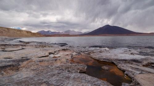 Laguna, piedras y montañas
