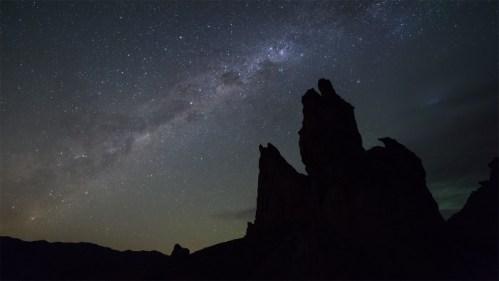 Formación rocosa y galaxia