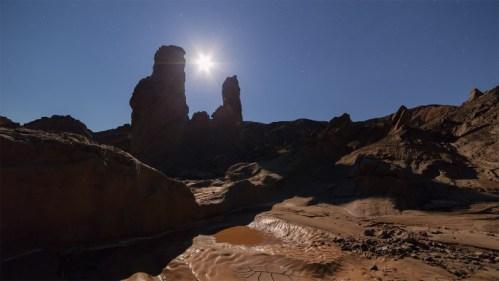 Luna y formaciones rocosas