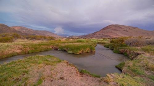 Río, montañas y atardecer