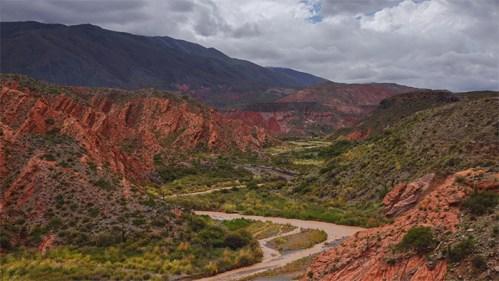 Quebrada, río y nubes