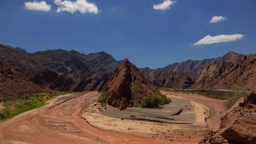 Formación rocosa y río