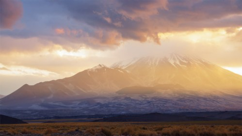 Volcán y atardecer