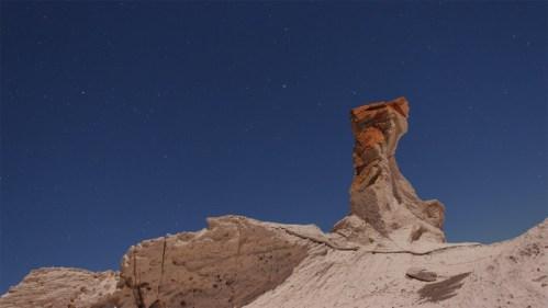 Formación rocosa iluminada por la luna