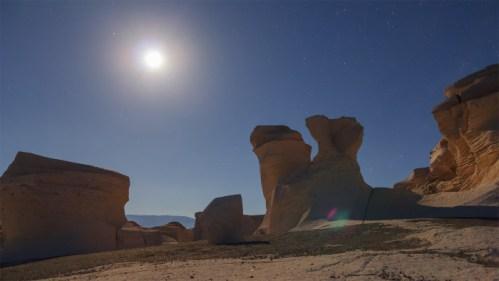Formaciones rocosas y luna a contraluz