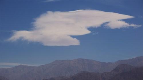 Montañas celestes y nubes