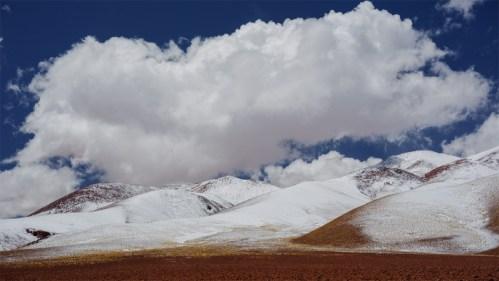 Montañas nevadas y nubes