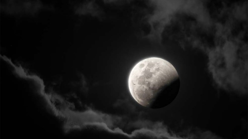 full-moon-eclipse-clouds-lunar