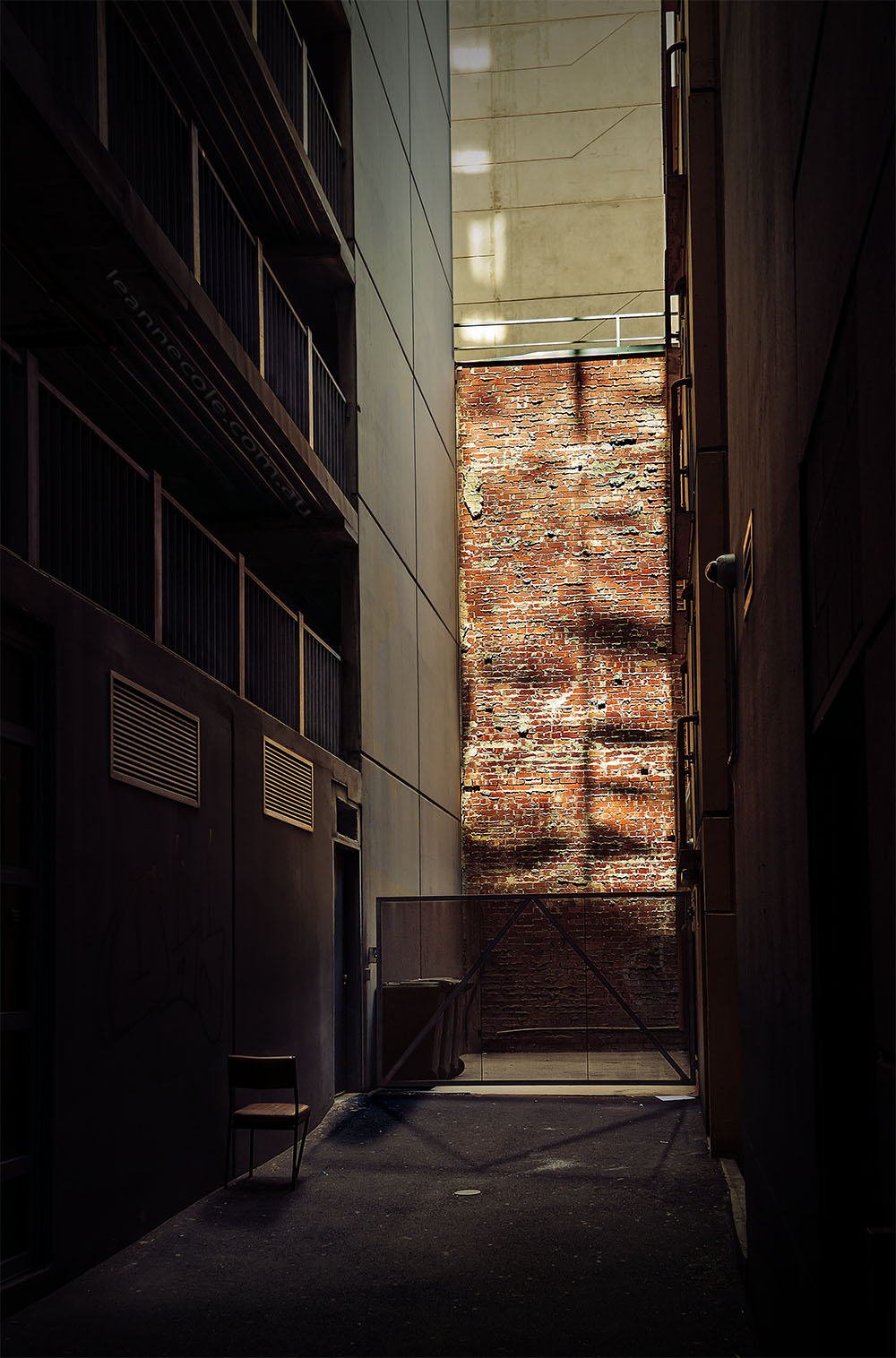 city-alley-empty-chair-melbourne