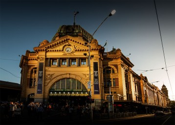 flindersstreetstation-afternoon-sun-shadows-melbourne