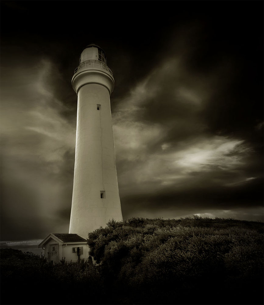 aireys-inlet-lighthouse-splitpoint-monochrome