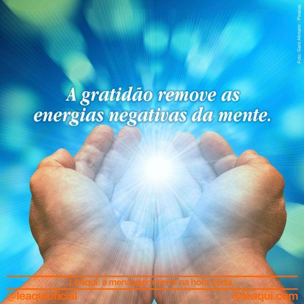 Mãos segurando uma luz que irradia gratidão e remove as energias negativas
