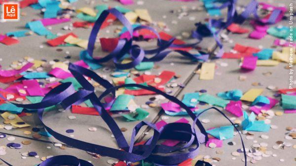 Confetes e serpentinas coloridas para brincar no Carnaval