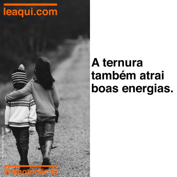 Duas crianças andando abraçadas por um caminho de terra, pois a ternura atrai boas energias.